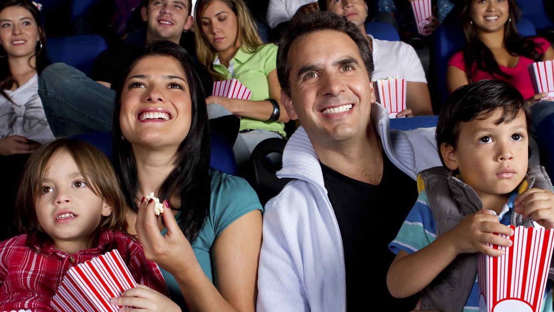 Familia viendo una película en el cine