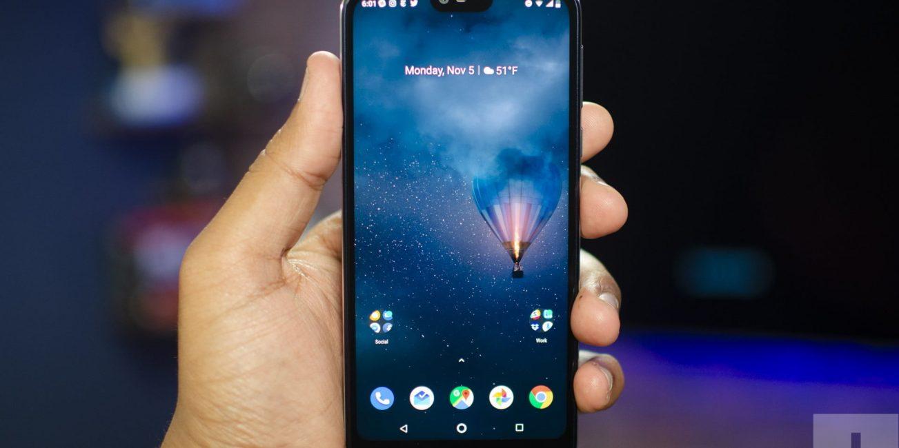 Teléfono celular en las manos de una persona