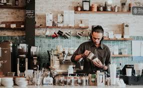 hombre preparando café