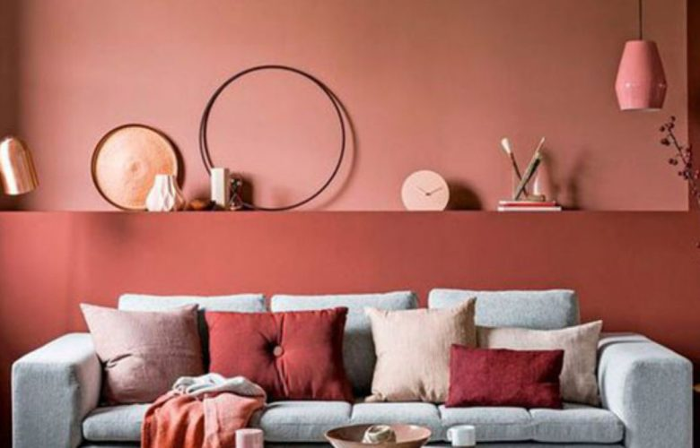 En la imagen se ve la pintura y decoración de una sala.