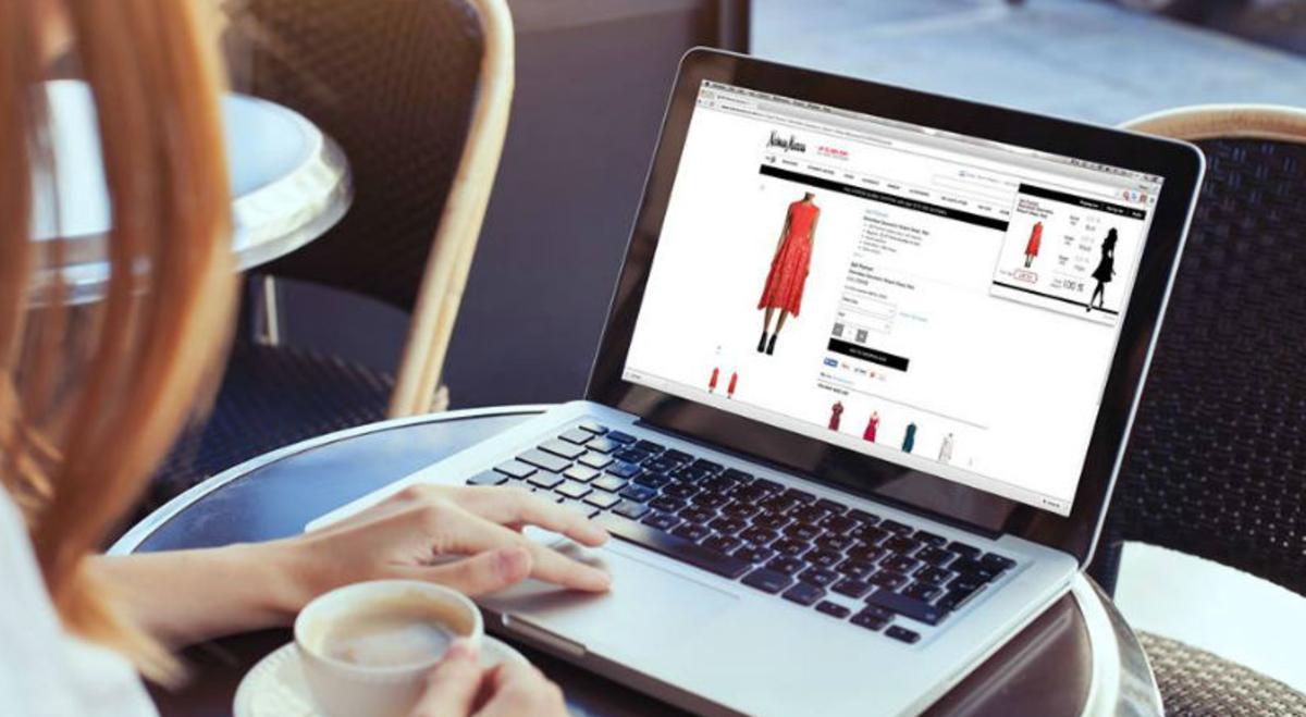 En la imagen se ve a alguien comprando en línea.