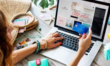 En la imagen se ve a una persona haciendo compras en línea.