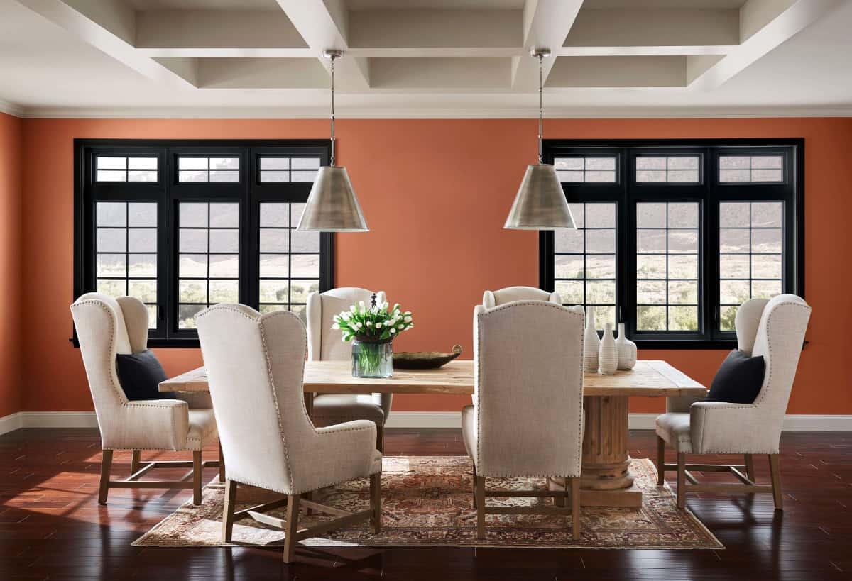 En la imagen se ve el interior de un comedor en tono cobre.