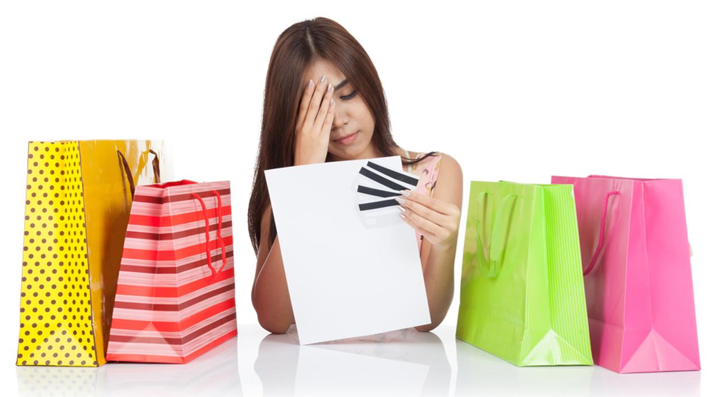 mujer con remordimiento de compras