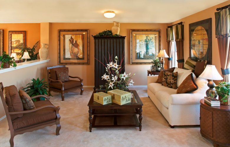 una sala bien decorada