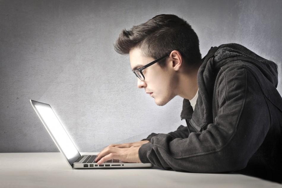 hombre joven usando una laptop