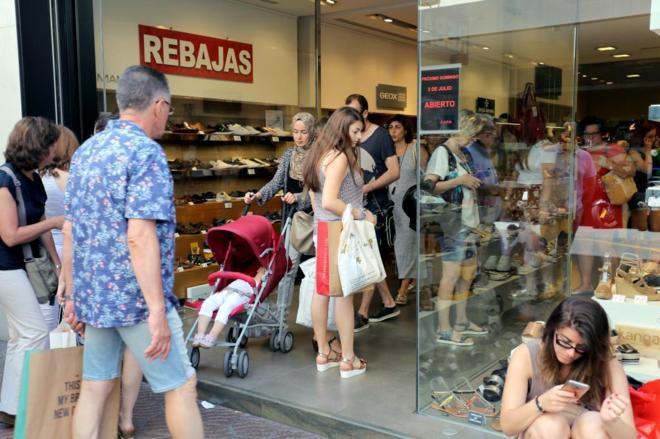 grupo de personas comprando