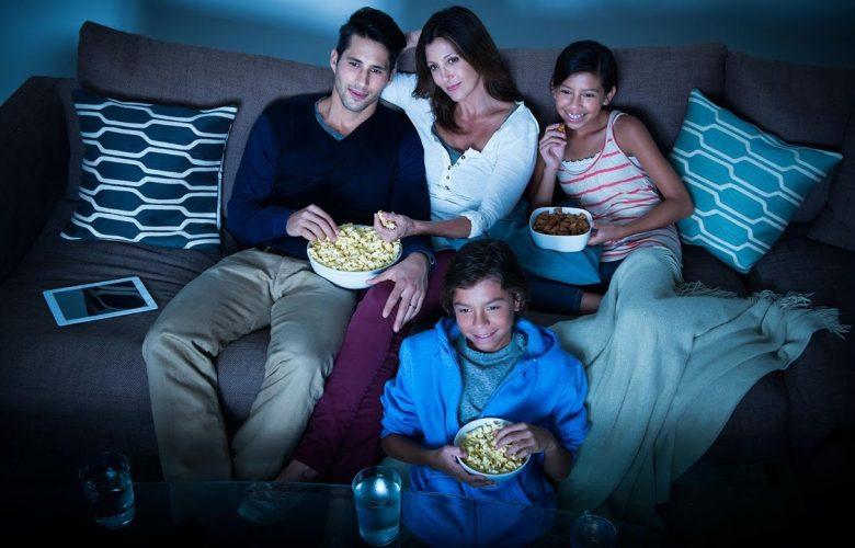 familia reunida viendo televisión