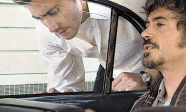 persona dentro de un auto hablando con otra fuera del auto