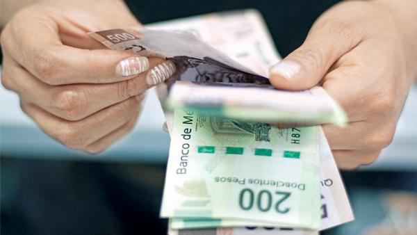 sosteniendo billetes en las manos
