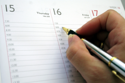 persona escribiendo en una agenda