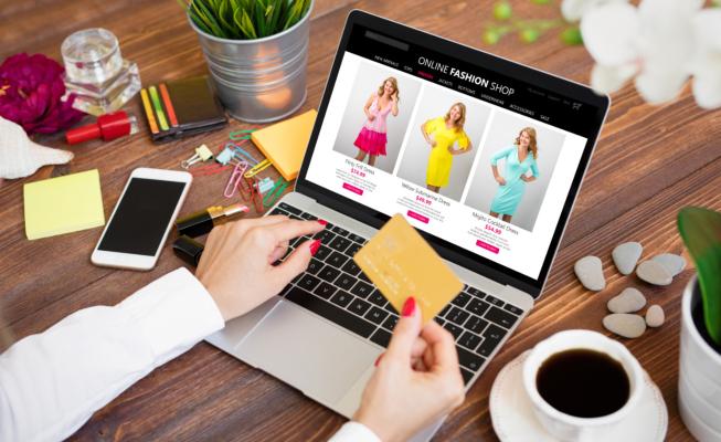 Mujer con una tarjeta comprando online