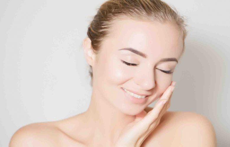 Mujer hidratando la piel