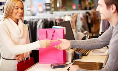 mujer aprovechando recompensas de tarjetas