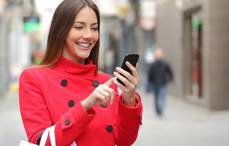 mujer con dependencia al celular