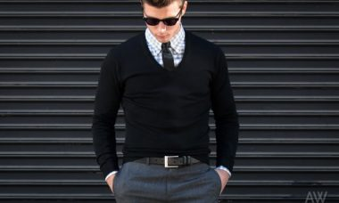 Hombre con camisa y suéter