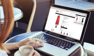 Mujer comprando en un sitio web