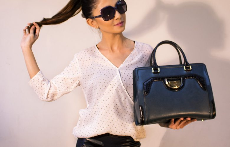 Mujer con un bolso nuevo