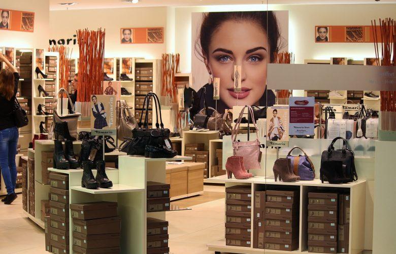 bolsos y zapatos en tienda