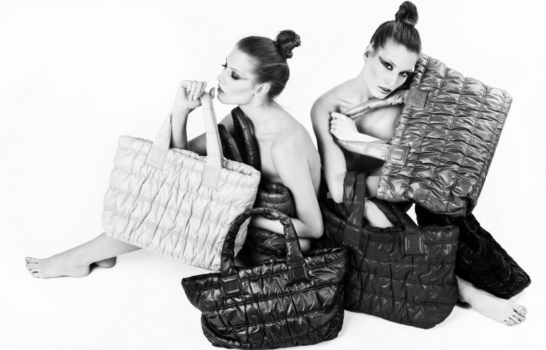 Mujeres con sus bolsas de mano