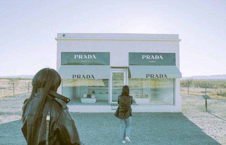 Mujer comprando en Prada